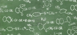 7830887-formule-chimiche-scritte-sulla-lavagna-sfondo